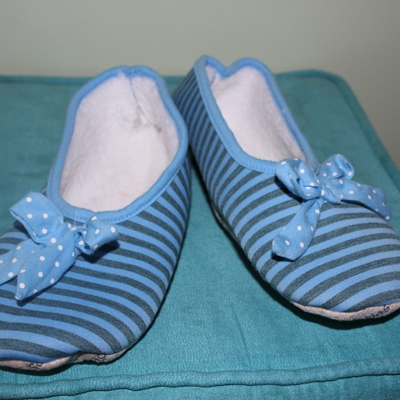 b11cc2f589fc Snoozies Foot Covering Slippers